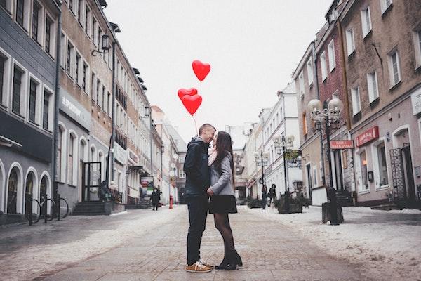 職場で本命バレンタインを渡して成功した9人に渡し方や体験談を聞いてみた!
